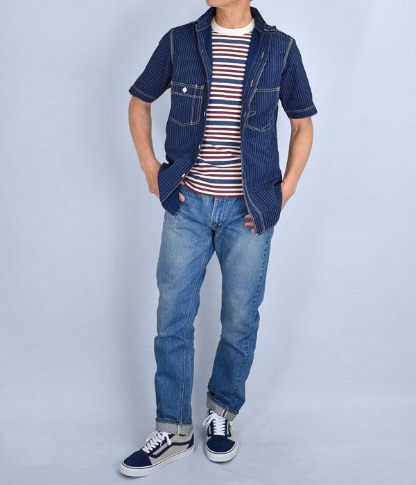 ブルー系のワントーンでまとめたコーディネート、Tシャツのレッドがポイント。メンズ長袖シャツコーデ