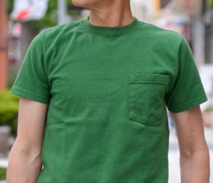 シンプルなチノパンですっきりまとめたメンズ半袖無地Tシャツコーデ