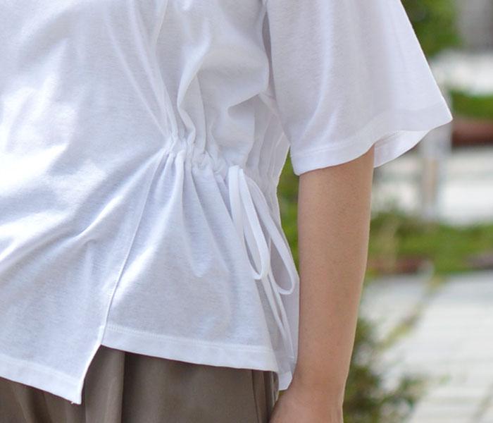 全体的にシンプルなアイテムを合わせて大人っぽい雰囲気にまとめたレディース無地Tシャツコーデ