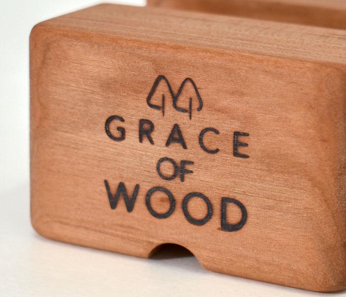 GRACE OF WOOD(グレースオブウッド)オリジナル木製スマホスタンド 手作業でのブランドロゴ焼き印入り