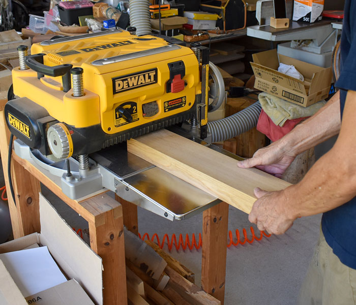 GRACE OF WOOD(グレースオブウッド)オリジナル木製スマホスタンド 角材の状態から削り出し作業