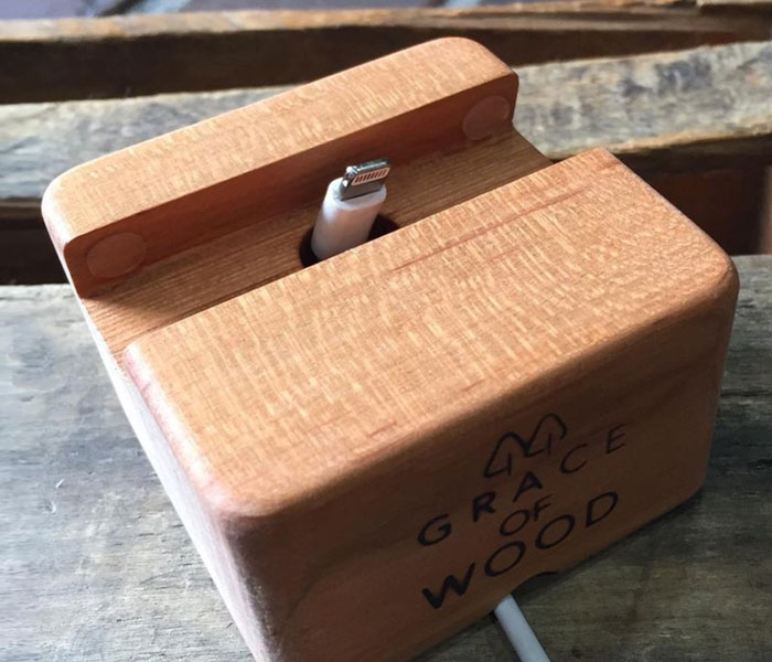 GRACE OF WOOD(グレースオブウッド)オリジナル木製スマホスタンド 充電コネクタが本体の下部から通るよう設計されたケーブル用のスペースがあり、スマホを充電しながら利用可能