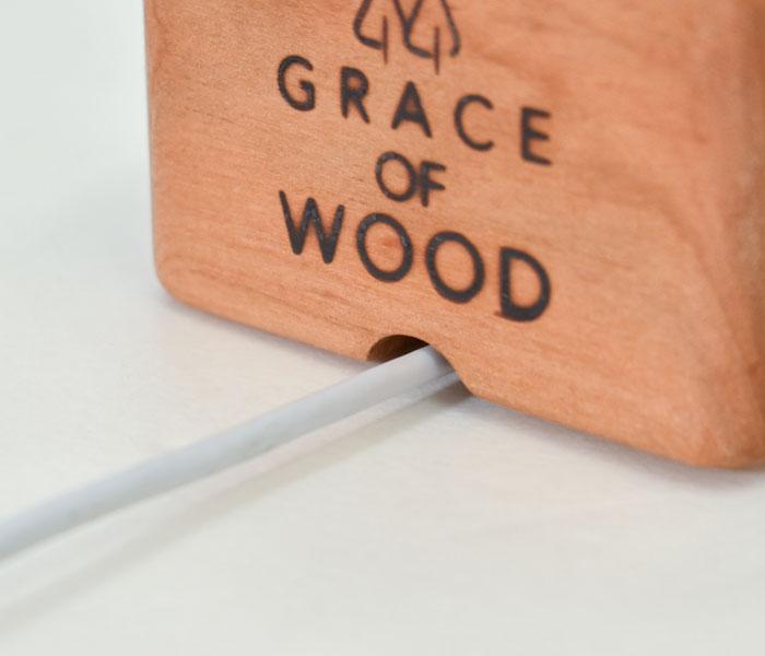 GRACE OF WOOD(グレースオブウッド)オリジナル木製スマホスタンド 充電コードも難なく通るサイズ