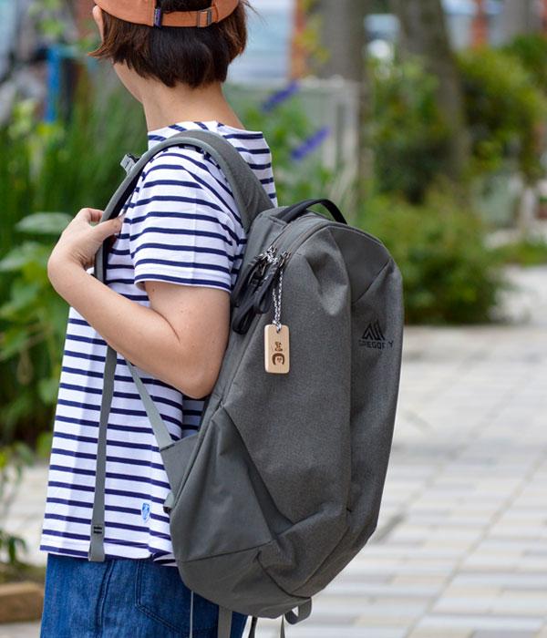 TOP JIMMY オリジナルウッドチャーム リュックなどバッグにつけたイメージ
